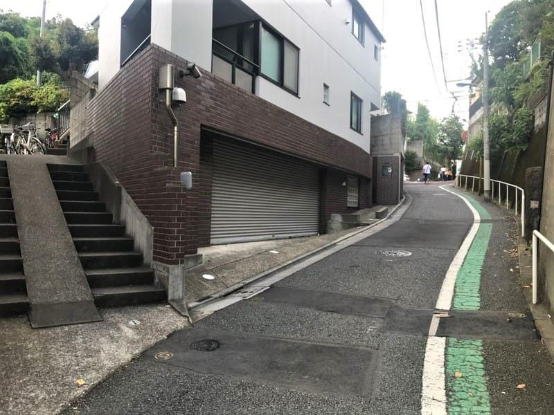 田端駅周辺の住宅街の中の坂道