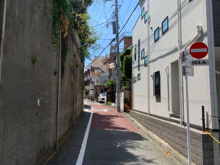 住宅街の通りの風景