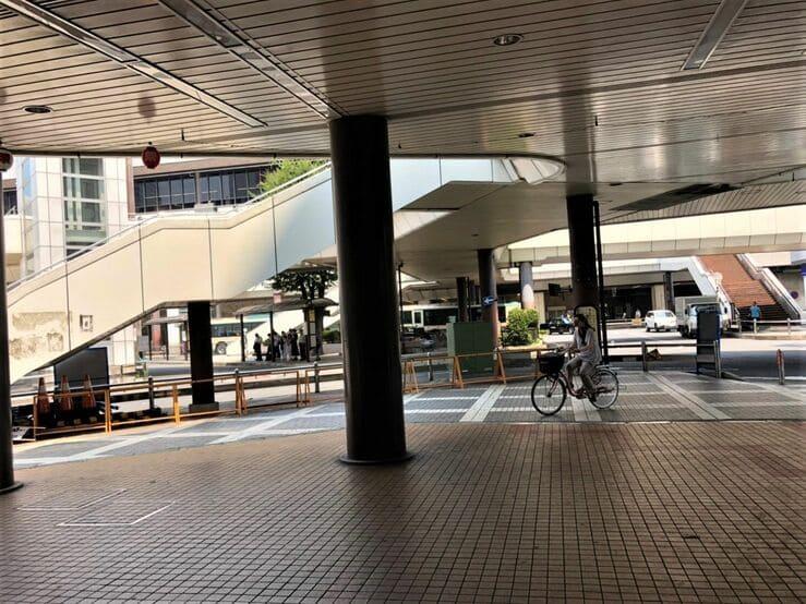 大宮駅西口の空中歩道の下