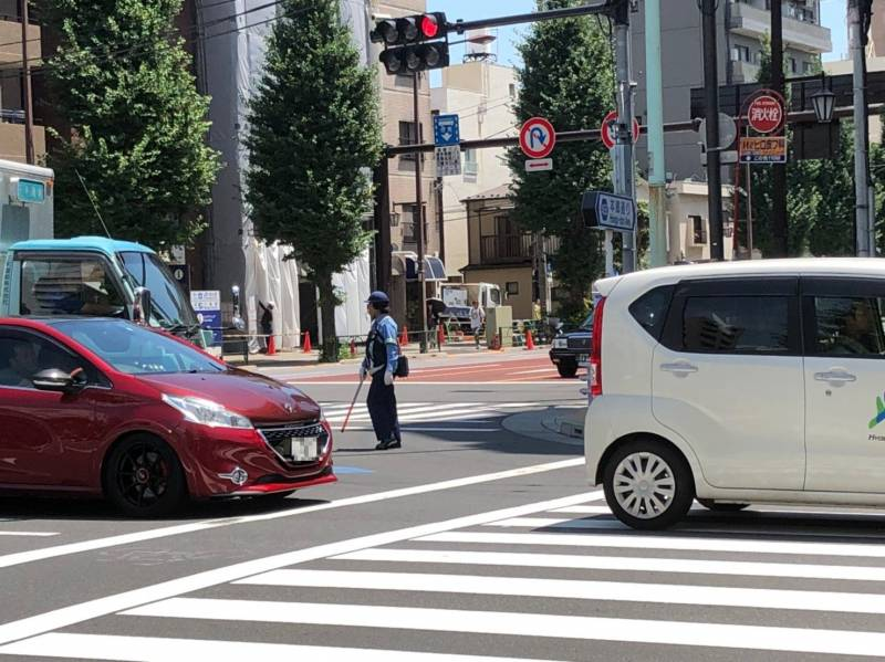 本郷通りで交通整備する警官