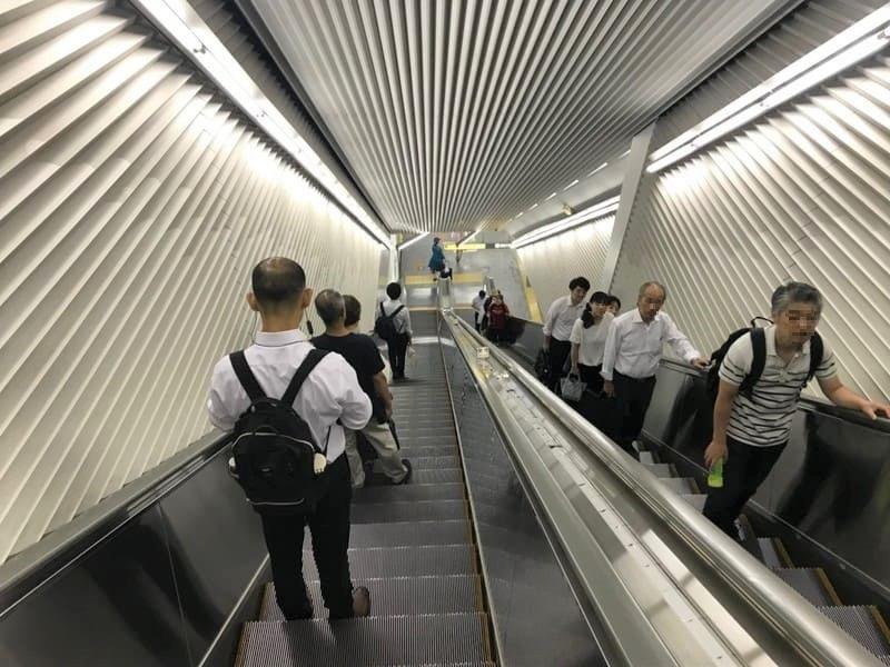 飯田橋駅構内大江戸線へ向かうエスカレータ下り