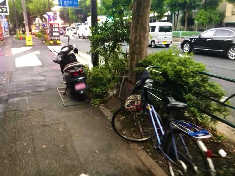 放置自転車とバイク