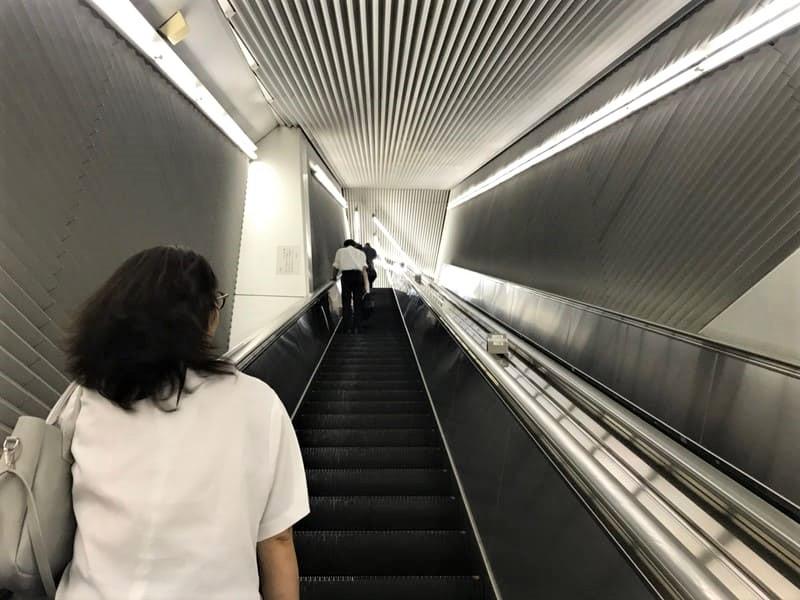 飯田橋駅構内大江戸線から離れるエスカレータ上り