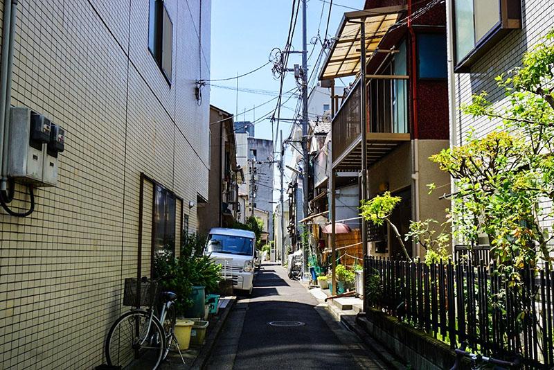 清洲橋通りに戻る途中の小道の風景