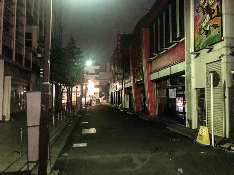 夜のウインズ東館横の通り
