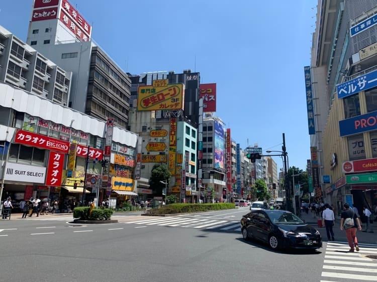 高田馬場駅東側の交差点の風景