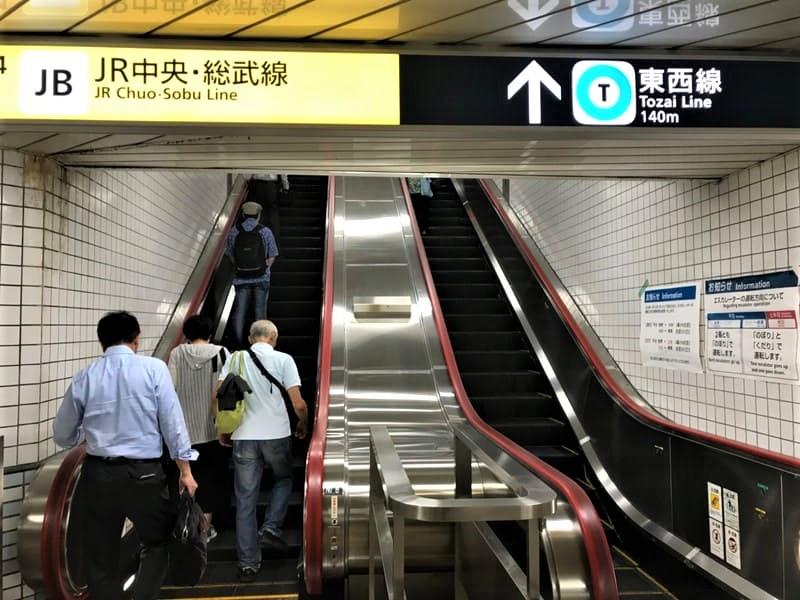飯田橋駅構内東西線へ向かうエスカレータ上り