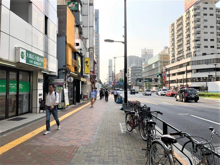 大崎広小路駅前の歩道