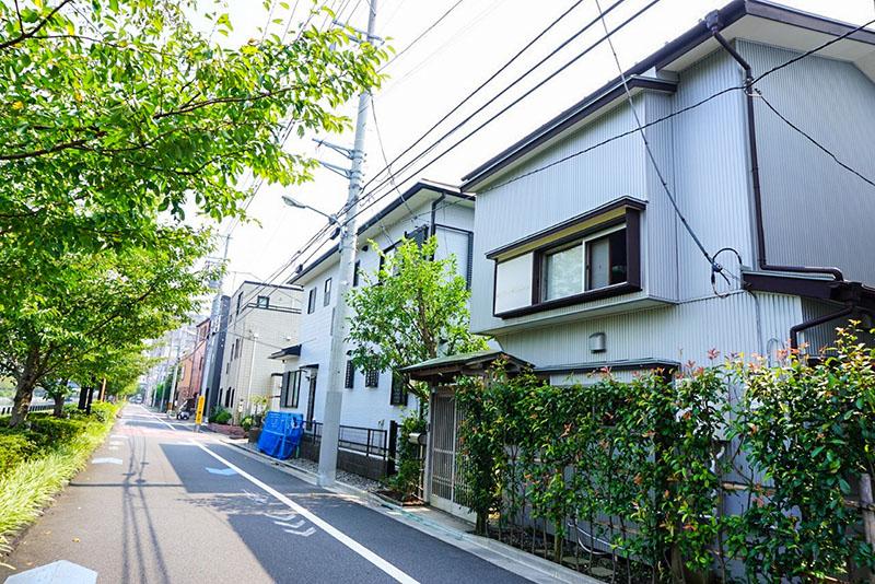 新川沿いの住宅