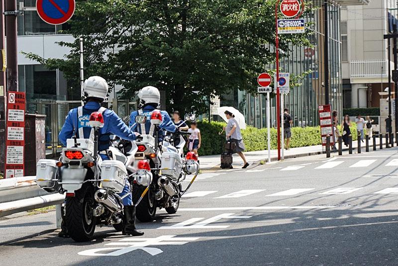 2人1組になっている白バイク