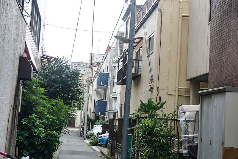 細道に入ったあたりの住宅