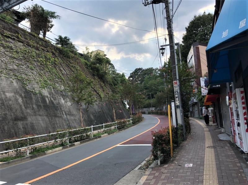上中里駅前の坂道