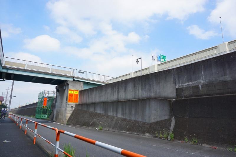 綾瀬川沿いの道と陸橋