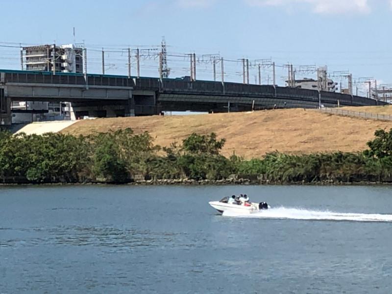 荒川を走るモーターボート