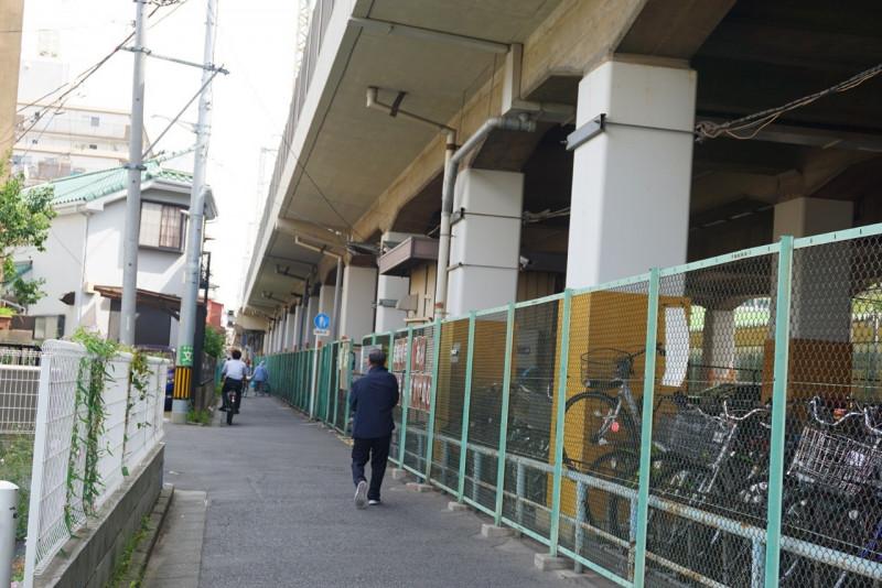 伊勢崎線の高架下沿いの道