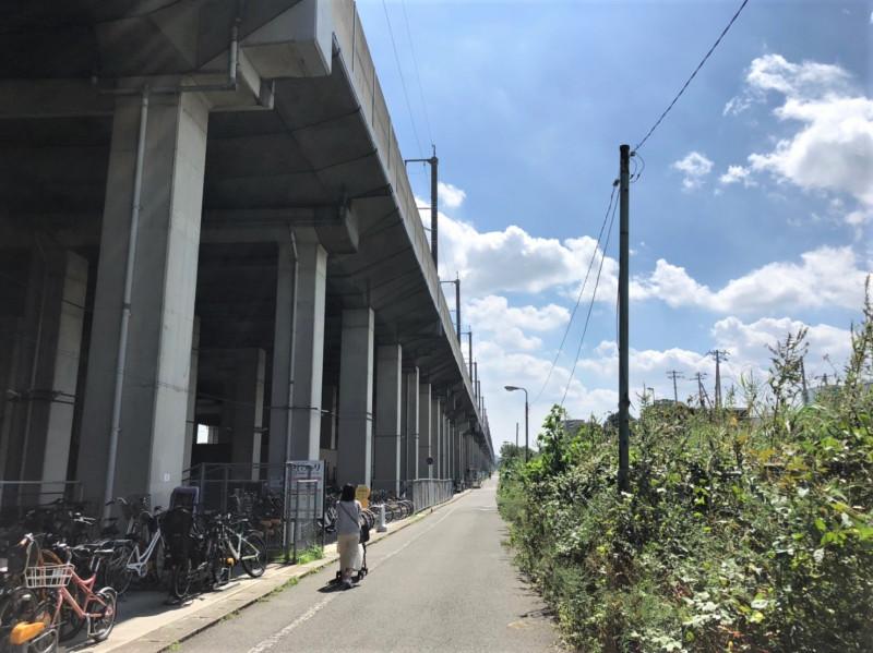 南与野駅西口側の線路沿いの道