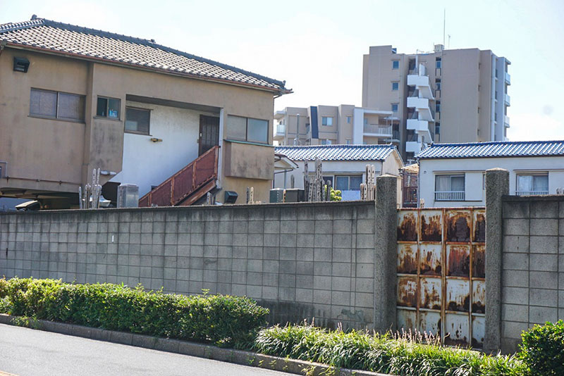 住宅街の中の墓地