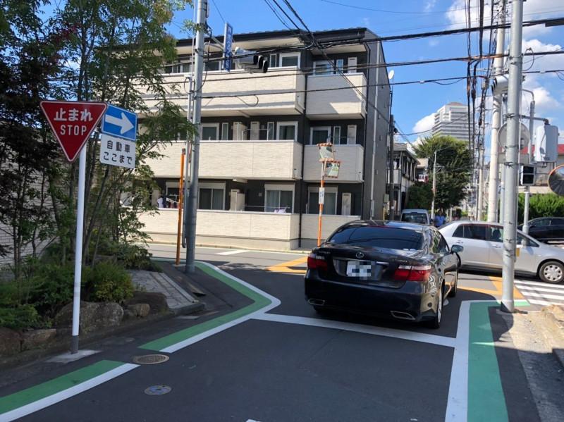 埼玉県さいたま市中央区下落合を走る車