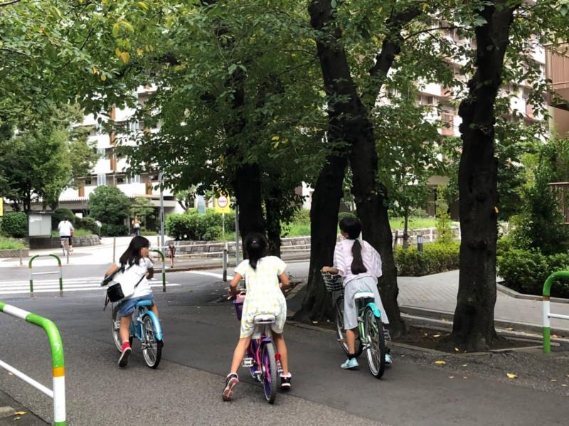 東十条3丁目の自転車に乗った児童