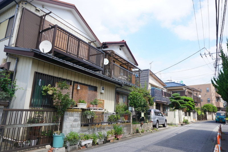 旧綾瀬村役場跡石碑前の住宅