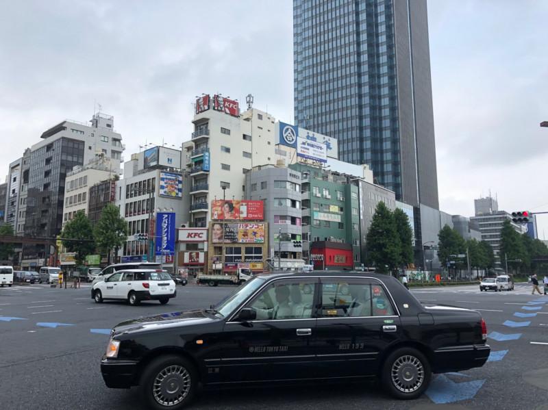 四ツ谷駅前の外堀通りと新宿通りの交差点