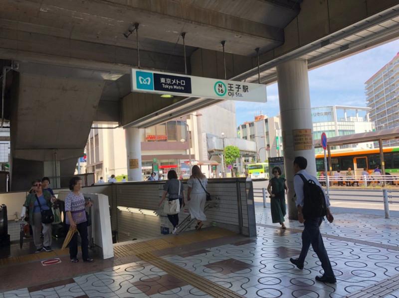 王子駅の東京メトロに続く階段