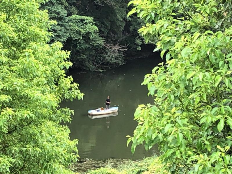 弁慶堀で釣りをする男性