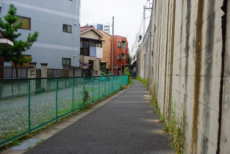 伊勢崎線高架沿いの細い道