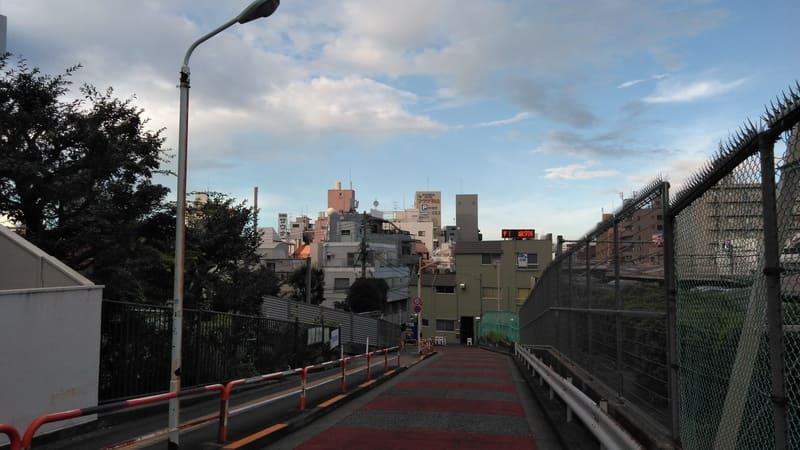 駒込駅 線路沿いの坂上