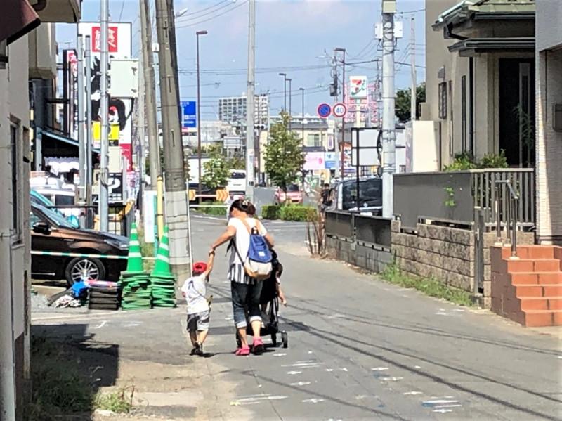 南与野駅周辺にいた親子連れ