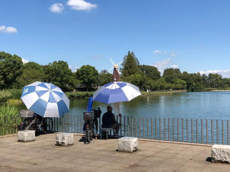 浮間公園で釣りをする人