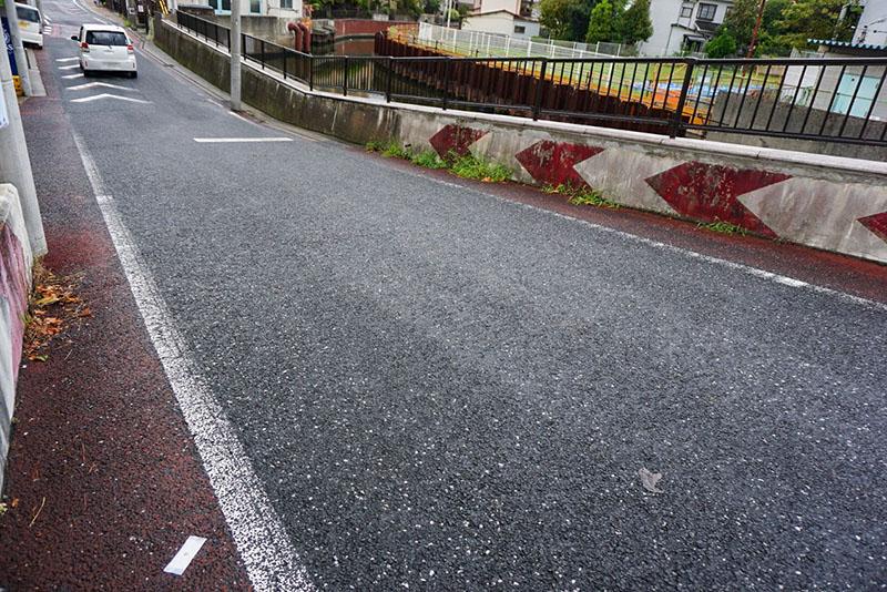 宮前通りの交差点の坂道