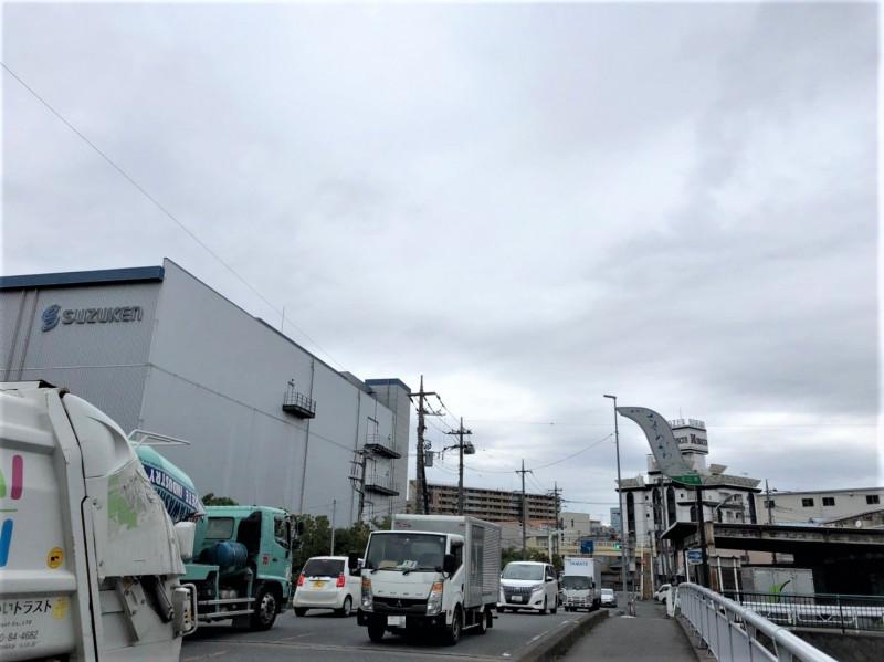 笹目川の橋を通るトラック