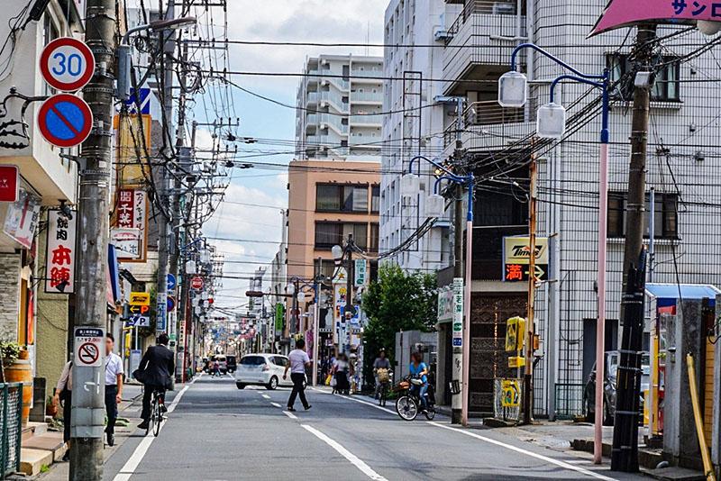 本八幡駅前の商店街