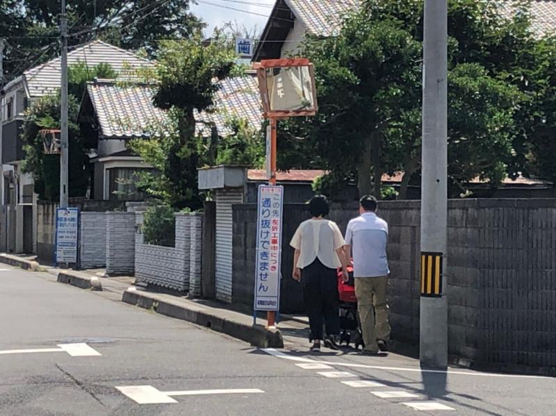 南与野駅周辺の住宅街を歩くファミリー