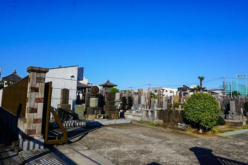 寳聚山大法寺前の墓地