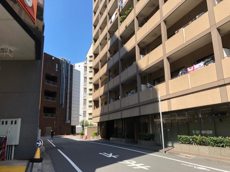 王子駅東側のマンションの多い通り