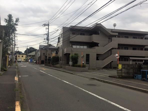 本町付近のマンションと道路