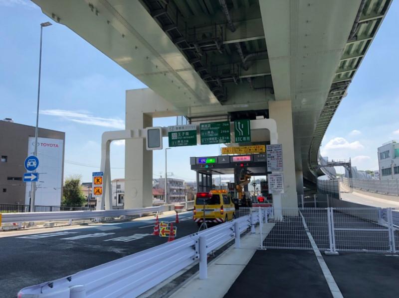 王子駅北東側にある主塔高速へのインターチェンジ