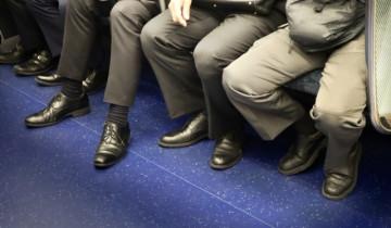 座って通勤するサラリーマン