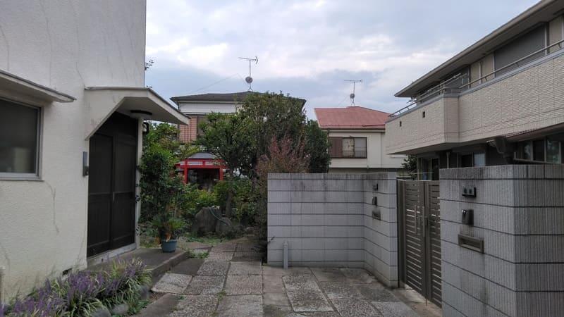 志茂駅東側の住宅の鳥居
