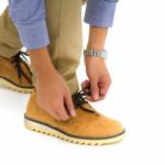 靴ひもを結ぶ男性