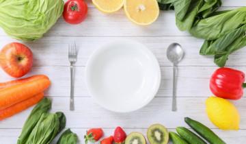 食材と白いお皿