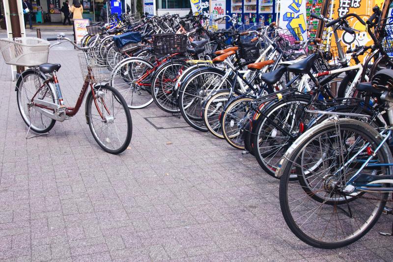 駅前の駐輪スペースとママチャリ