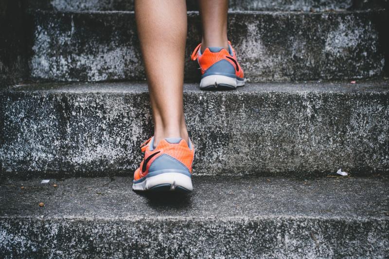 階段を上るスニーカー