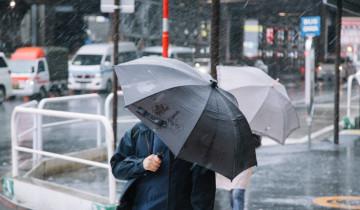 台風の中の男性