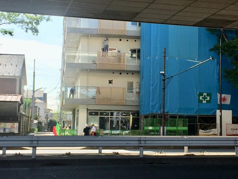 甲州街道沿いの建設中の建物