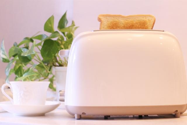 トースター機とコーヒーカップ