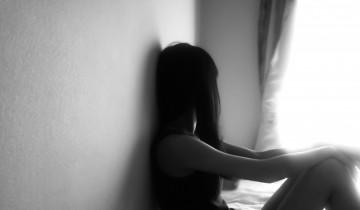 寂しそうに窓を見つめる女性