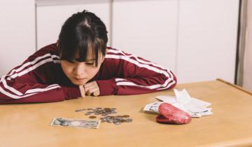 節約中の女性